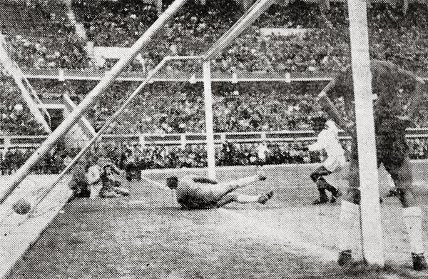 El cuarto gol peruano llegó con un golpe de cabeza obra de Alberto Terry luego de un tiro de esquina (Recorte: diario La Crónica)