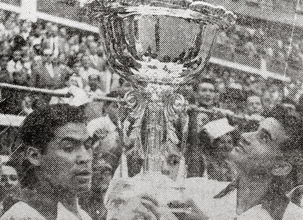 Culminado el partido René Rosasco y Guillermo Delgado sostienen la 'Copa del Pacífico' (Recorte: diario La Crónica)