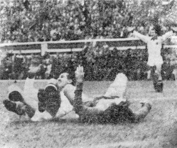 El 'Sapo' Livingstone acaba de foulear a 'Tito' Drago dentro del área en una acción que se cobró como penal y se transformó en el quinto gol peruano (Recorte: diario La Crónica)