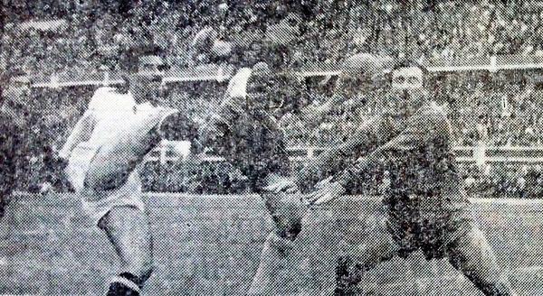Roberto 'Tito' Drago carga sobre el arco chileno ante la rápida salida del meta Sergio Livingstone y el cruce de Arturo Farías (Recorte: diario La Crónica)