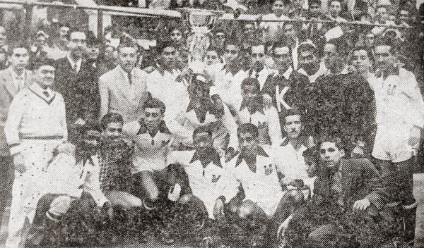 El equipo peruano completo con la Copa del Pacífico al centro y Roberto Drago a la derecha (Recorte: diario La Crónica)