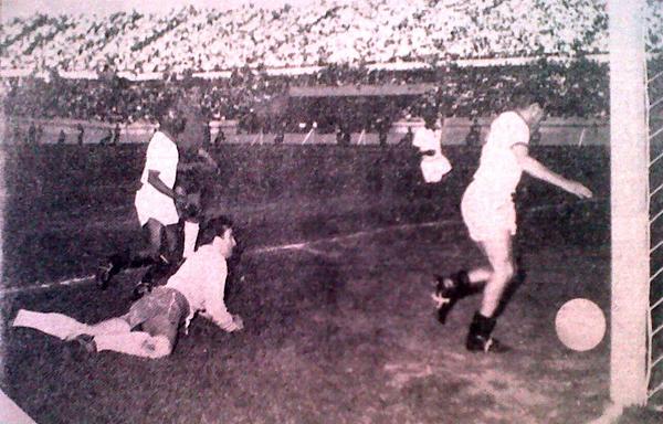 Con el arco a su merced, Alberto 'Toto' Terry convierte uno de los primeros goles ante Chile. Así se empezaba a gestar el histórico resultado (Recorte: diario La Crónica)