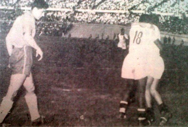 Abrazo entre 'Toto' Terry y 'Huaqui' Gómez Sánchez. Este último había convertido el último tanto de la jornada y selló el 2-4 que consagró a Perú como campeón de la Copa del Pacífico (Recorte: diario La Crónica)