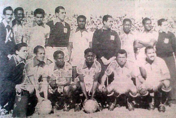Formación peruana que saltó al estadio Nacional de Santiago el 19 de setiembre de 1954. Este es el equipo que obtuvo el primer triunfo sobre Chile en su propia cancha (Recorte: diario La Crónica)