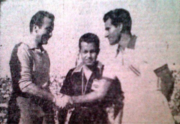 Saludo de los capitanes en el primer partido de la edición 1954 de la Copa del Pacífico. A Perú no le fue bien en su primer cotejo (Recorte: diario La Crónica)