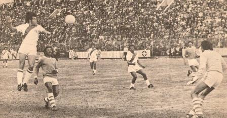 'Cachito' Ramírez, quien ingresó en el segundo tiempo en reemplazo de Juan Rivero, cabecea al arco boliviano (Foto: revista Ovación, Nº 12 p. 5)