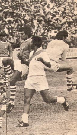 Cubillas, quien venía siendo criticado, jugó un partido aceptable y fue el que más complicó al meta boliviano Jiménez, quien aquí lo anticipa en un centro (Foto: Ovación, Nº 12 p. 6)