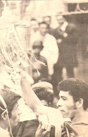 Por cortesía boliviana, Héctor Chumpitaz alza la copa 'Mariscal Sucre' al finalizar el partido en el Hernando Siles (Foto: Ovación, Nº 12 p. 5)
