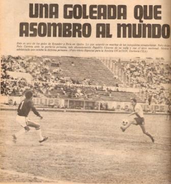 Junio de 1975: La peor derrota peruana en Quito fue este calamitoso e inesperado 6-0 en un amistoso previo a la Copa América de aquel año. En la foto, Polo Carrera le sombrea el balón a Juan 'Papelito' Cáceres (Recorte: Ovación, Nº 70 p. 44)
