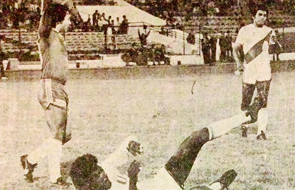 Gonzales Ganoza vencido y Caszely celebrando su anotación (Recorte: revista Ovación)