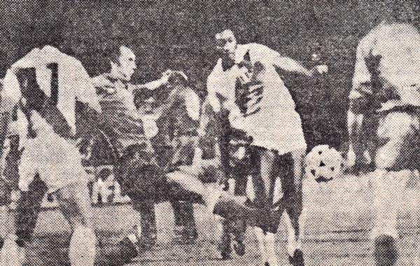 José Velásquez en una de las escenas favorables para Perú en el amistoso ante la Fiorentina en 1981 (Recorte: revista Ovación)