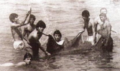 'Chemo' del Solar bañándose en las playas de Trivandrum con otros integrantes del plantel que disputó la Copa Nehru (Foto: revista El Gráfico Perú)
