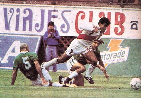La Bolivia mundialista visitaba el Perú previo a la Copa América de Ecuador. Nuestra selección ganó 1-0 con gol de 'Balán' Gonzales. (Foto: revista La Copa y los Mejores)