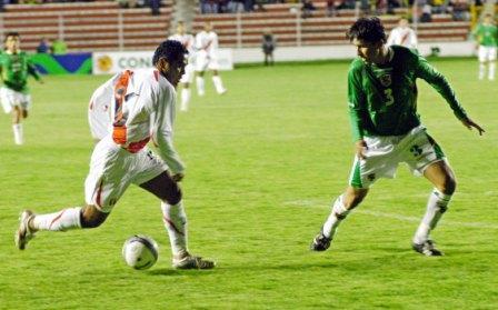 Pedro García no hizo un mal partido, pero tampoco llega a ser el mismo que se luce con la camiseta alba de San Martín. Acá encara a Limbert Méndez (Foto: ABI)