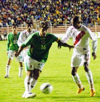 Junior Ross, aquí marcado por Raldés, ratificó que con la selección se convierte en un jugador distinto del que convierte goles con la camiseta de Bolognesi (Foto: ABI)