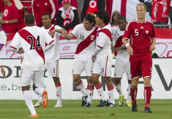 CANADÁ 0 - PERÚ 2. Fernández debutó con gol así como la selección de Markarián se estrenó derrotando a domicilio a Canadá en Toronto. (Foto: AP)