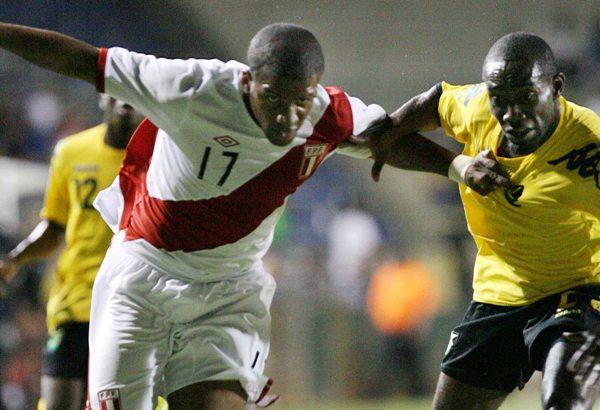 JAMAICA 1 - PERÚ 2. Farfán, cuando era inamovible, encarando en el triunfo ante Jamaica en Fort Lauderdale. (Foto: The Miami Herald)