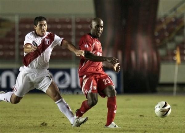 PANAMÁ 1 - PERÚ 0. La racha triunfal se interumpió, como aquí la jugada para Fano, en Ciudad de Panamá. (Foto: AP)