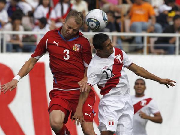VS. REPÚBLICA CHECA (COPA KIRIN). Willian Chiroque y Michal Kadlec en el aire. Perú consiguió otro 0-0 en su segunda presentación en la Copa Kirin. El rival fue Republica Checa, que solo mostró algunas caras conocidas. (Foto: Reuters)