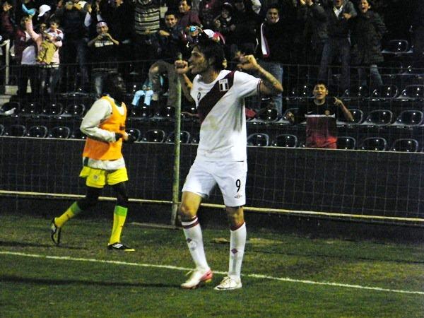 Paolo Guerrero celebra su gol contra Senegal, un partido que al final no califica como A1 (Recorte: archivo DeChalaca.com)