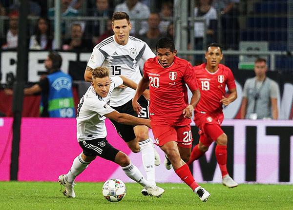 Edison Flores intenta superar en el uno a uno a Süle. (Foto: Prensa FPF)