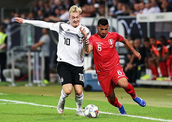 Julian Brandt le anotó a Perú. Además de medirse con jerarquía a un Miguel Trauco con poco ritmo. (Foto: Prensa FPF)