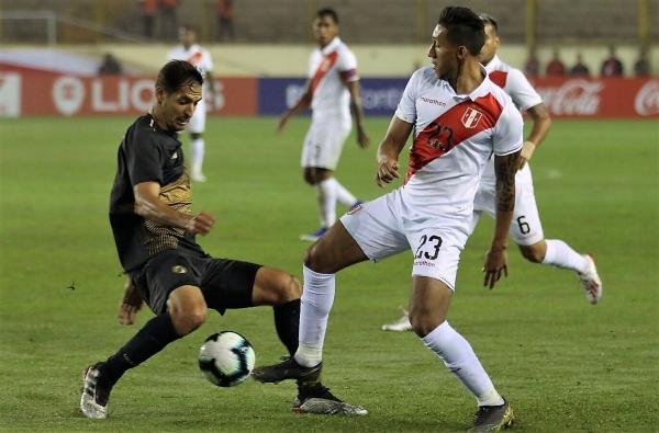 Christofer Gonzales apareció por el medio y dinamizó la volante peruana. (Foto: Pedro Monteverde / DeChalaca.com)
