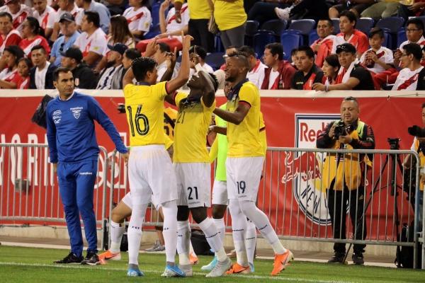 Castillo aprovechó la chance y acabó celebrando el único tanto de la noche. (Foto: Prensa FEF)