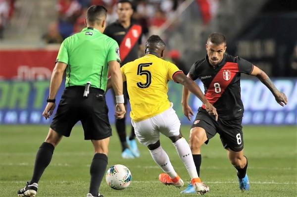 Costa debutó con la selección y aprobó el examen. En esta escena encara a Méndez. (Foto: Prensa FPF)