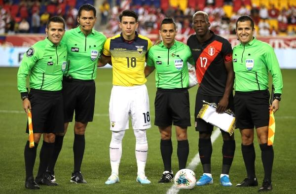 El juez Villarreal y su cuarteta junto a los capitanes Gaibor y Advíncula. (Foto: Prensa FPF)