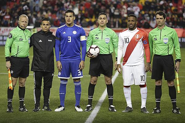 El estadounidense Marrufo, acá junto a los capitanes Gómez y Farfán, pasó desapercibido. (Foto: Prensa FPF)