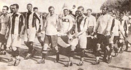 1 de noviembre de 1927: peruanos y uruguayos saltan al campo del viejo Nacional de madera para disputar el primer partido de la historia de la blanquirroja (Foto: Historia del Fútbol Peruano, Reco Borodi)
