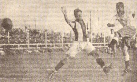 Noviembre de 1927: Manuel Ferreira remata al arco peruano (la selección vestía entonces un uniforme similar al que hoy usa Paraguay) durante la goleada 1-5 de Argentina sobre la blanquirroja en el Sudamericano jugado en Lima (Foto: Historia del Fútbol Peruano, Reco Borodi, Nº2 p. 21)