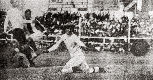 Parte de la historia del fútbol peruano empezó aquí, con el gol de Demetrio Neyra, el primero de la selección (Recorte: suplemento Historia del Fútbol Peruano)
