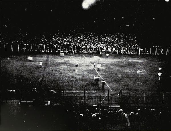 La célebre foto del Brasil - Perú: primer partido nocturno disputado en la historia de la Copa América, en cancha de San Lorenzo. Nótese que ambos equipos iniciaron acciones con sus uniformes tradicionales. (Foto: revista El Gráfico)