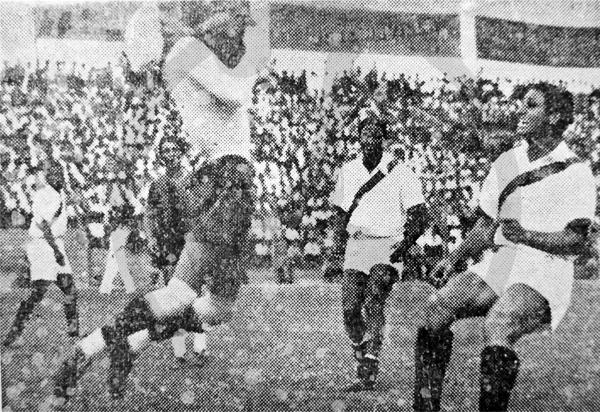 Humberto Vásquez, arquero de Ecuador, embolsa la pelota antes que 'Lolo' Fernández llegue a conectarla en el Sudamericano de 1939. En la imagen se aprecia cómo la camiseta de Perú no llevaba escudo alguno (Recorte: diario La Crónica)