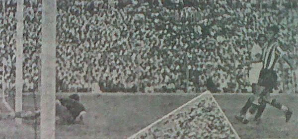 La imagen muestra el tercer gol peruano anotado por Jorge 'Campolo' Alcalde, cuyo remate hizo estéril la estirada del arquero. (Recorte: diario La Crónica)