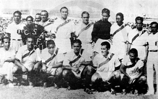 El once titular de Perú el día que le ganó a Uruguay en 1939 para ganar el primer título de su historia con las viejas tribunas de madera del Nacional detrás. La camiseta peruana no luce escudo alguno, como en todo ese Sudamericano. (Recorte: diario La Crónica)
