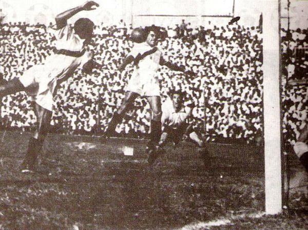 La foto más famosa del Sudamericano de 1939 ratifica la camiseta sin escudo empleada por Perú en todo ese torneo: el cabezazo de Bielich que luego Alcalde enviará a la red para abrir el camino del triunfo ante Uruguay. (Foto: libro Goles con Historia)