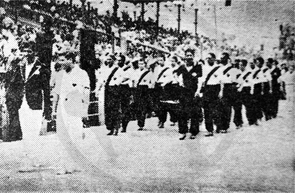 El desfile de la selección peruana frente a la tribuna oficial del Stadium Nacional y en el que se aprecia el escudo de la FPF como parte del uniforme que luego cambiaron para enfrentar a Chile (Recorte: diario La Crónica)