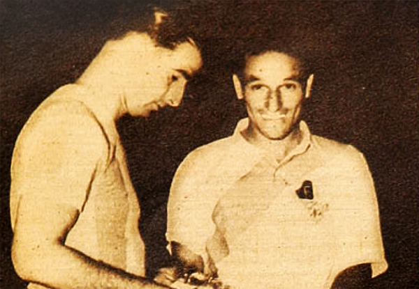 José Salomón y 'Lolo' Fernández, capitanes de Argentina y Perú cuando se enfrentaron ambas selecciones en el Sudamericano de 1942 (Recorte: revista Estadio de Chile)