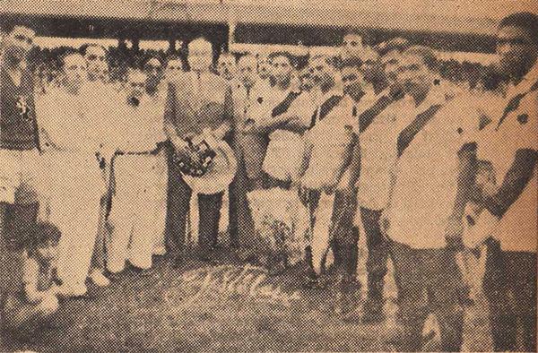 'Patuto' Arana, a la derecha del presidente de la Federación Ecuatoriana de Fútbol, como técnico como técnico de la selección peruana durante el sudamericano de Guayaquil en 1947 (Recorte: revista Sport)