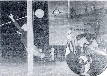 En esta imagen puede observarse el gol desde atrás del arco, así como la celebración de Navarrete (Recorte: La Crónica, 20/03/53 edición de la tarde p. 8)