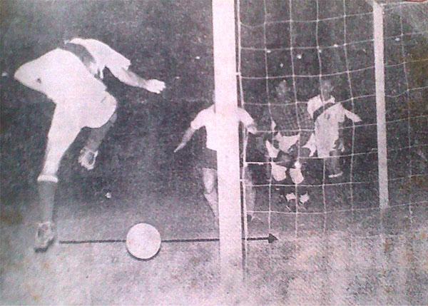 La foto de la discordia: 'Joe' Calderón se interpone ante el tiro de Ugarte y, aparentemente, la introduce en el arco de Asca. ¿Autogol? (Recorte: diario La Crónica)