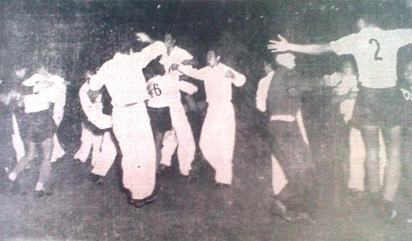 El silbato del árbitro ingles George Rhoden ha sonado indicando la culminación del encuentro, a la vez que inicia las celebraciones del equipo de Bolivia tras la victoria conseguida. (Recorte: diario La Crónica)
