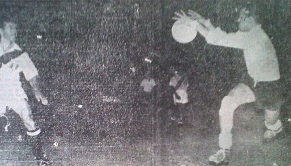 Uno de los mejores jugadores aquella noche fue el arquero boliviano Eduardo Gutiérrez, quien en la imagen aparece cortando el peligro ante el acecho de Roberto 'Tito' Drago. (Recorte: diario La Crónica)