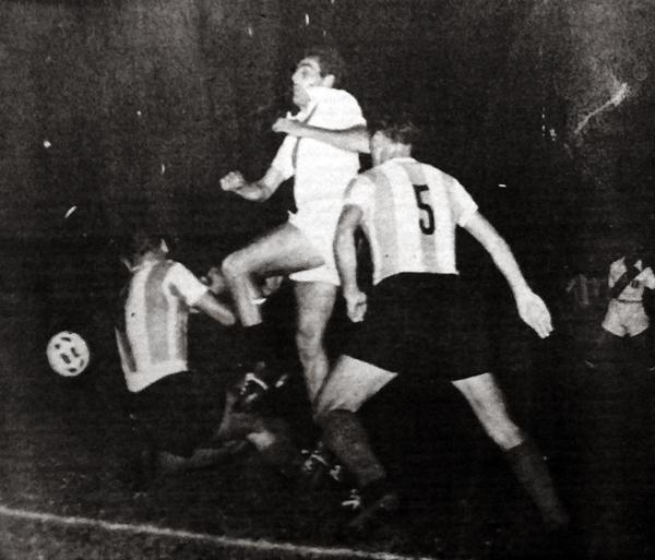 Alberto 'Toto' Terry, una de las figuras de aquel Perú de 1955, pasa por entre dos centrales argentinos (Recorte: diario La Crónica)