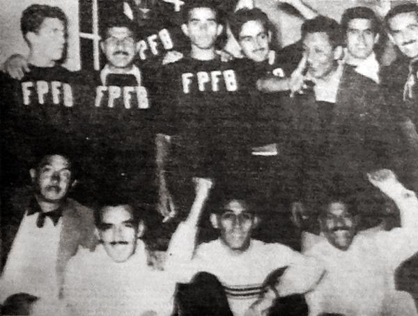 El vestuario de Perú albergó también parte de la alegría luego del empate contra Argentina destacando, entre otros, Guillermo Delgado, 'Toto' Terry y 'Tito' Drago (Recorte: diario La Crónica)