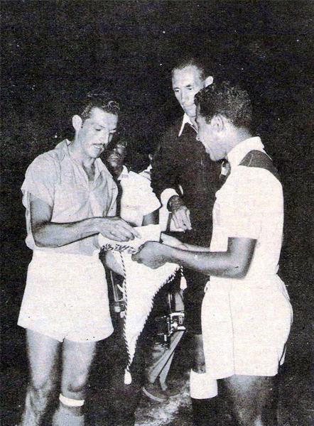 Erwin Hieger presencia el intercambio de banderines entre los capitanes de Colombia, Francisco 'Cobo' Zuluaga, y Perú, 'Joe' Calderón, durante el Sudamericano de 1957 (Recorte: revista Gol)