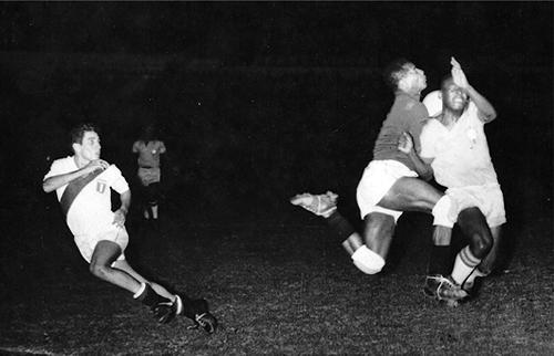 José Fernández observa un duro choque entre el arquero peruano Rafael Asca y Pelé (Foto: arkivperu.com)